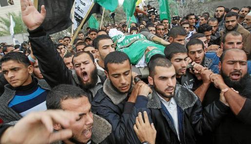 Funeral del palestino que resultó muerto ayer en un altercado fronterizo con soldados israelíes en la franja de Gaza.