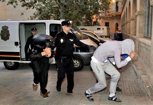 Dos de los detenidos ayer tarde en el juzgado de guardia de Palma.