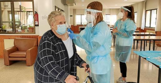 La campaña sigue con los mayores de 80 años a quienes se pone las dosis de Pfizer.