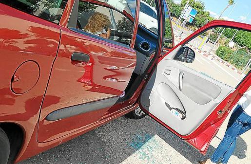 Así quedó el cristasl del coche de Paula Rotger después del altercado.