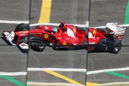 El piloto español Fernando Alonso, de la escudería Ferrari, conduce su monoplaza durante las prácticas libres en el autódromo de Interlagos en la ciudad de Sao Paulo (Brasil).