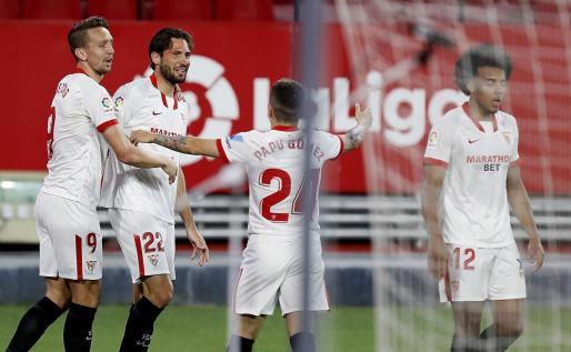 El centrocampista argentino del Sevilla Franco Vázquez celebra el segundo gol de su equipo ante el Elche.