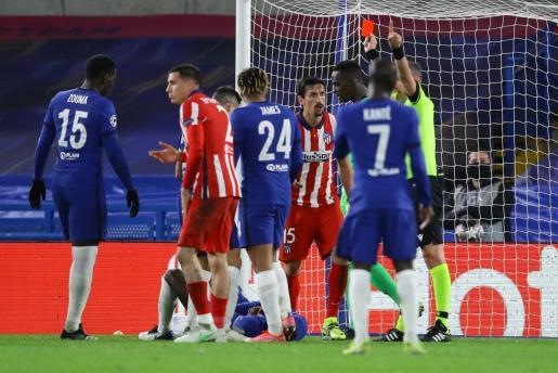 Momento en el que el árbitro Daniele Orsato expulsa al jugador del atlético de Madrid Stefan Savic.