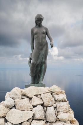 Al acceder a Palma por el Passeig Marítim y mirar hacia el mar se aprecia esta imponente y majestuosa escultura que representa a Nuredduna, una obra de la artista Remigia Caubet.