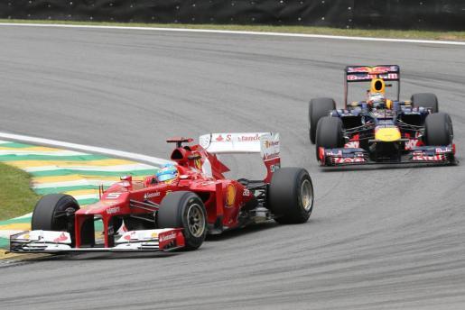 El piloto español Fernando Alonso (i), de la escudería Ferrari, y el alemán Sebastian Vettel, de la escudería Red Bull.
