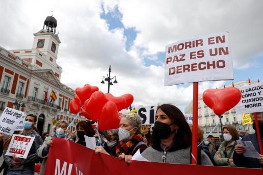Miembros de la asociación Derecho a Morir Dignamente se concentran en la Puerta del Sol a favor de la aprobación de la ley de eutanasia este jueves en el Congreso.