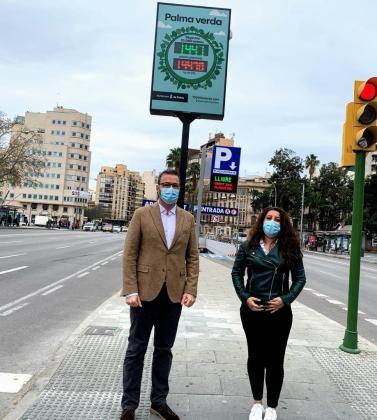 El alcalde José Hila y la regidora Angélica Pastor han presentado el contador de árboles.