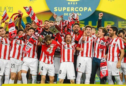 Los jugadores del Athletic Club festejan su éxito en la Supercopa de España.