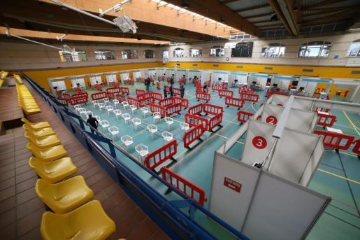 Baleares ha habilitado el polideportivo Germans Escales como punto de vacunación masiva.