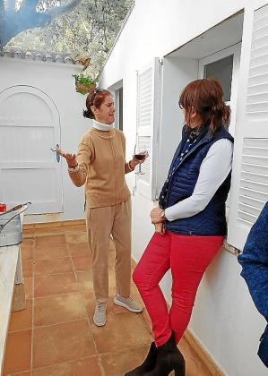 Erika y Alejandra de Loewenstein charlando durante la barbacoa.