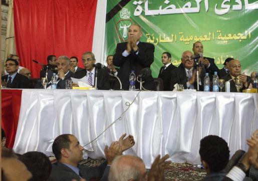 Los participantes en la asamblea general del Club de Jueces aplauden tras suspender el trabajo en todos los tribunales y fiscalías del país en protesta por las últimas medidas del presidente egipcio.