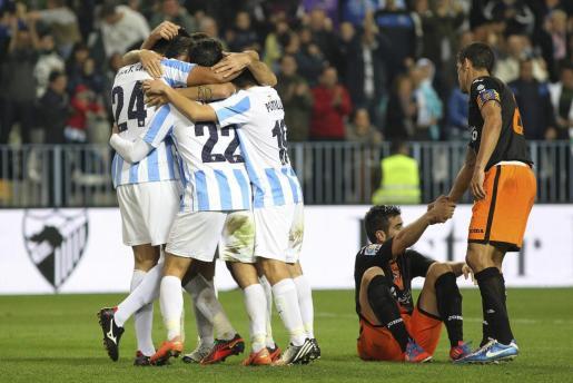 Los jugadores del Málaga celebran el gol marcado por su compañero, Roque Santa Cruz ante el Valencia.