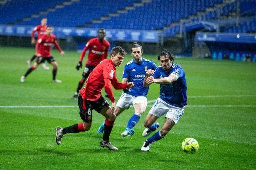 Aleix Febas, intenta superar a Arribas, del Oviedo, en el partido de la primera vuelta disputado en el Carlos Tartiere.