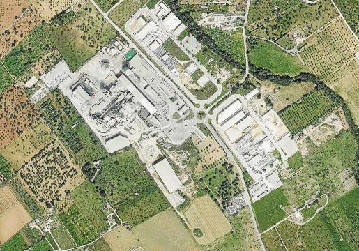 Vista aérea de los terrenos de Cemex en Lloseta, a la izquierda de la carretera. A la derecha, el resto del polígono.