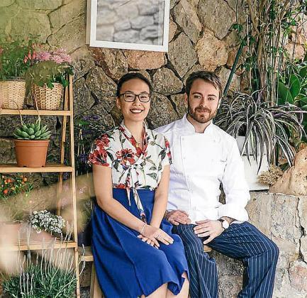Javier y You, en el exterior del restaurante, que durante tres años ha ofrecido lo mejor de la cocina surcoreana.