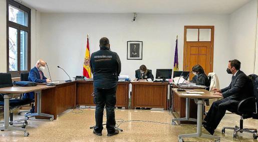 El acusado en el juicio celebrado en una sala del Juzgado de lo Penal número 1 de Palma.