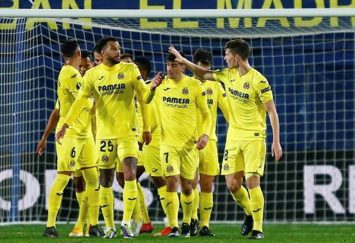 El delantero del Villarreal Gerard Moreno celebra con sus compañeros su segundo gol.