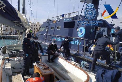 Policías nacionales, en el velero 'Phase One', en Ibiza.