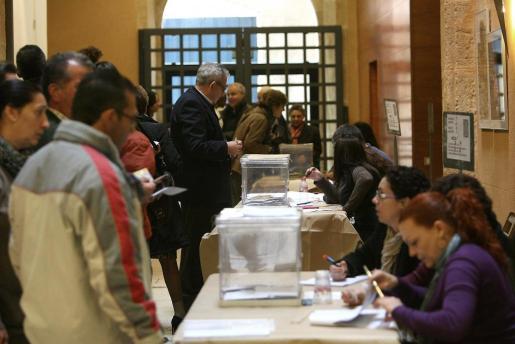 Aspecto que presentaba esta mañana un colegio electoral en Tarragona.