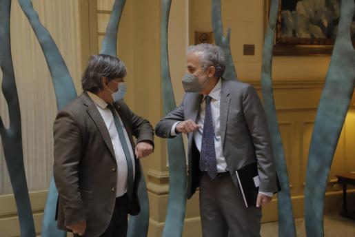 Saludo en el Parlamente entre el presidente de la institución, Vicenç Thomàs, y Carlos Gómez, presidente del Tribunal Superior de Justicia de Baleares.