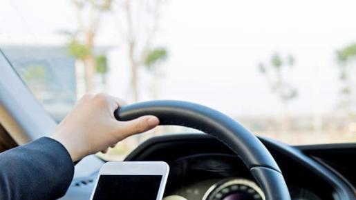 Tener el móvil en la mano mientras se conduce representa una infracción grave.