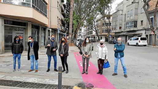 Las autoridades y representantes del Consell y del Ajuntament explicaron el proyecto de mejora de la calle.
