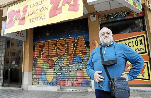 Gabriel Ferrer, delante de la tienda, que tiene sus artículos en liquidación.