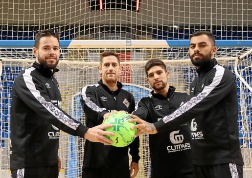 Imagen de los jugadores del Palma Futsal Marlon, Rafa López, Claudino y Diego Nunes, posando en el Palau d'Esports de Son Moix.