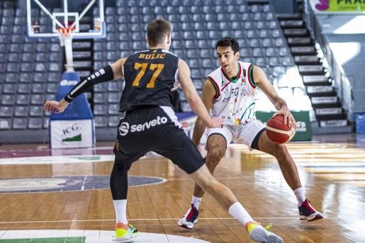 Jacobo Díaz (50) intenta superar la defensa del jugador del ICG Força Lleida Bulic durante e partido que el Palmer Alma Mediterránea disputó en Barris Nord ante los de la Terra Ferma.