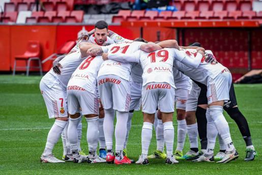 La plantilla del Mallorca hace una 'piña' antes del partido disputado ante el Sporting en Gijón.