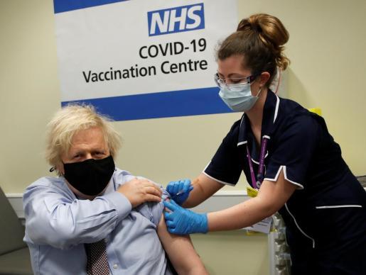 Boris Johnson recibiendo la vacuna contra el coronavirus.