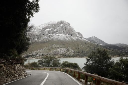 Los picos cercanos a los embalses se tiñeron de blanco en la jornada del viernes.