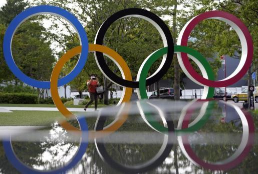 Imagen de los aros olímpicos instalados en un céntrico parque de Tokio.