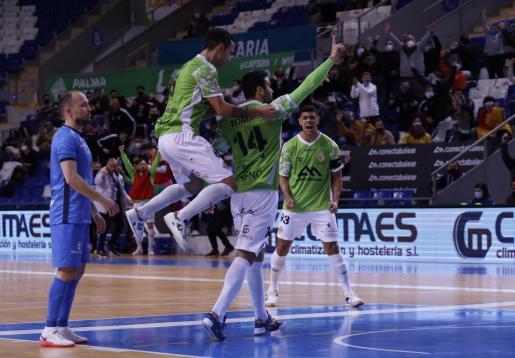 El jugador del Palma Futsal Tomaz celebra el tanto de la victoria ante el Valdepeñas dedicado el gol al presidente y fundador del club, Miquel Jaume, que falleció la semana pasada.