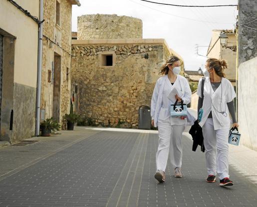 Margalida Roig y Elena Forteza, enfermeras del Centro de Salud de Manacor, acudieron el jueves a seis domicilios.