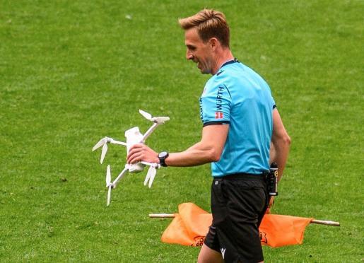 El colegiado, Pizarro Gómez, ha retirado el dron del terreno de juego.