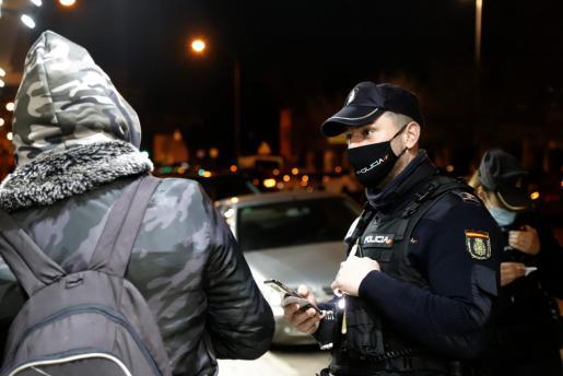 La Policía Nacional detuvo al joven marroquí, que tiene antecedentes.