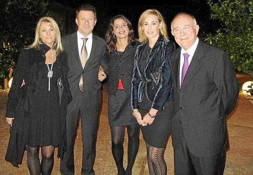 Marilén Morey, Roger Gustarodonna, Esther Pasan y Eva Pomar junto al anfitrión de la mágica velada, Tomeu Català, presidente de Projecte Home.