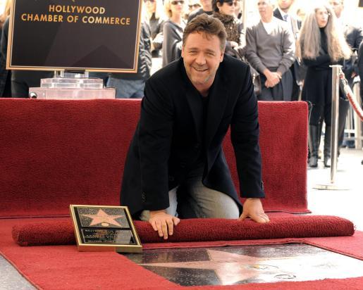 El actor australiano Russell Crowe posa junto a su estrella en el Paseo de la Fama.