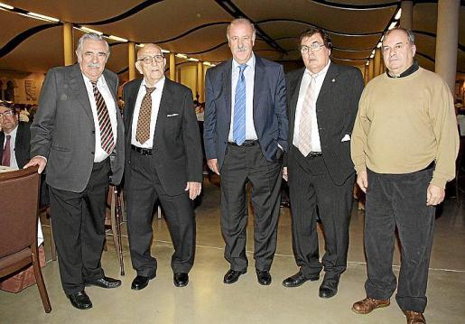 El presidente del Grup Serra, Pere A. Serra, junto a Tomeu Salas, el seleccionador Vicente del Bosque, el presidente de la FFIB, Miquel Bestard, y Miguel Vidal.
