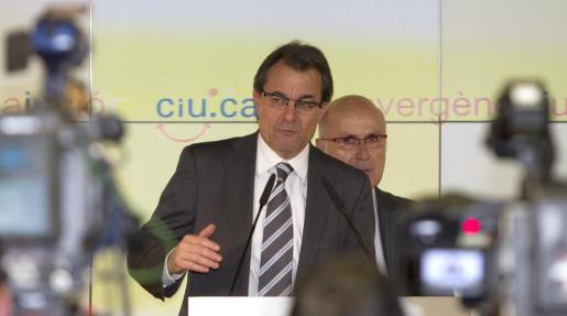 El presidente catalán en funciones y líder de CiU, Artur Mas, durante la rueda de prensa que ha ofrecido junto al secretario general de CiU, Josep Antoni Duran Lleida.