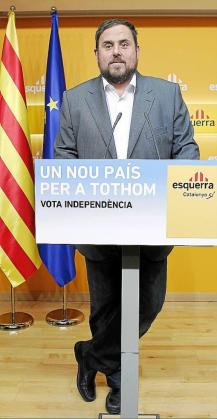 "Leader and candidate of Esquerra Republicana de Catalunya (ERC) for Catalunya's regional government Oriol Junqueras attends a news conference in Barcelona November 26, 2012. Separatists in Spain's Catalonia won regional elections on Sunday but failed to get a resounding mandate for a referendum on independence, which had threatened to pile political uncertainty on top of Spain's economic woes. The slogan reads, ""A new country for everyone. Vote independence"". REUTERS/Albert Gea (SPAIN - Tags: POLITICS EL"