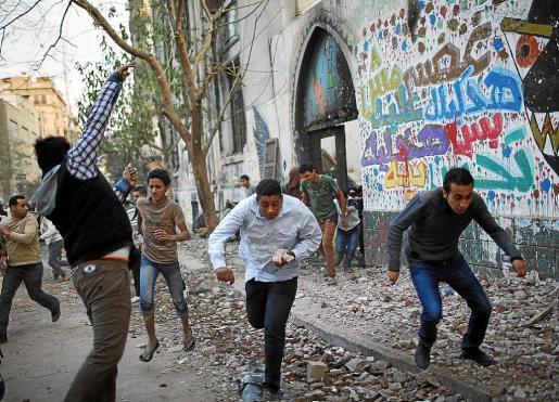Manifestantes se enfrentan a la policía cerca de la plaza Tahrir de El Cairo.