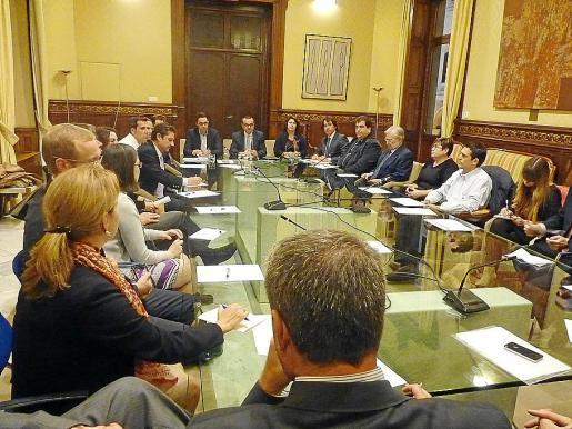 Reunión de representantes de las grandes superficies con el vicepresidente Aguiló.