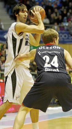 El mallorquín Alberto Corbacho intenta superar a Oleson.