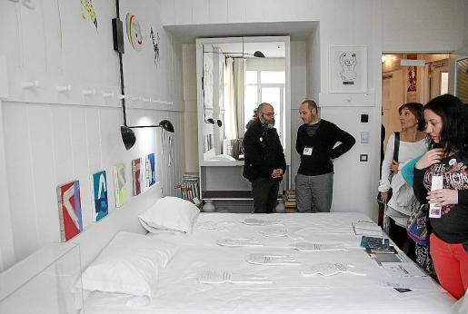 La habitación del hotel ocupada por la galería Addaya de Alaró. Fotos: FRANCISCO RIGO