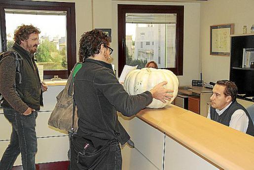 Estudiantes y trabajadores de la Universitat entregaron ayer una calabaza a Bosch por su gestión.