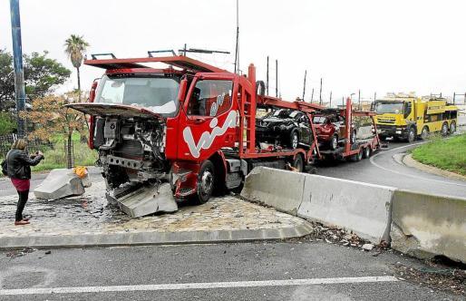El conductor del tráiler perdió el control del vehículo y arrolló un muro de hormigón.