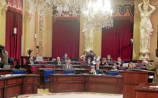 Imagen del debate de Presupuestos de ayer, con todo el banco azul vacío a excepción del escaño del vicepresident Aguiló.