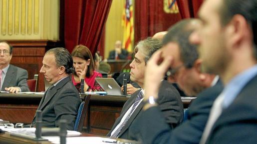 Carlos Delgado, al fondo, en un momento del pleno celebrado ayer.